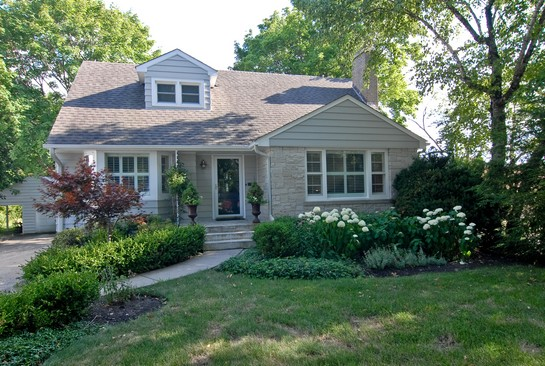 Front View photograph of 221 W Lincoln Libertyville Illinois 60048