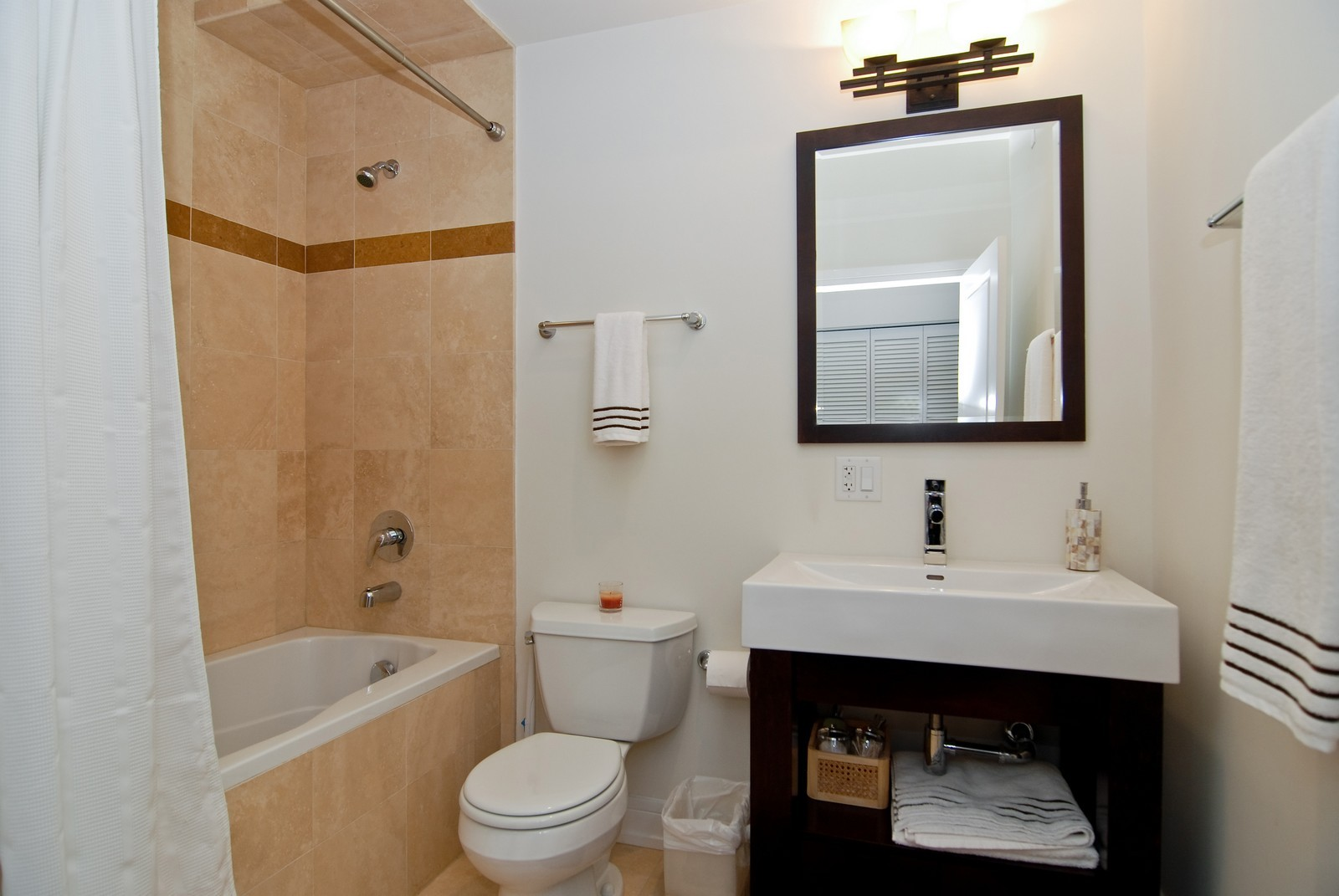 Real Estate Photography - 4150 N Kenmore Ave, Chicago, IL, 60613 - Bathroom