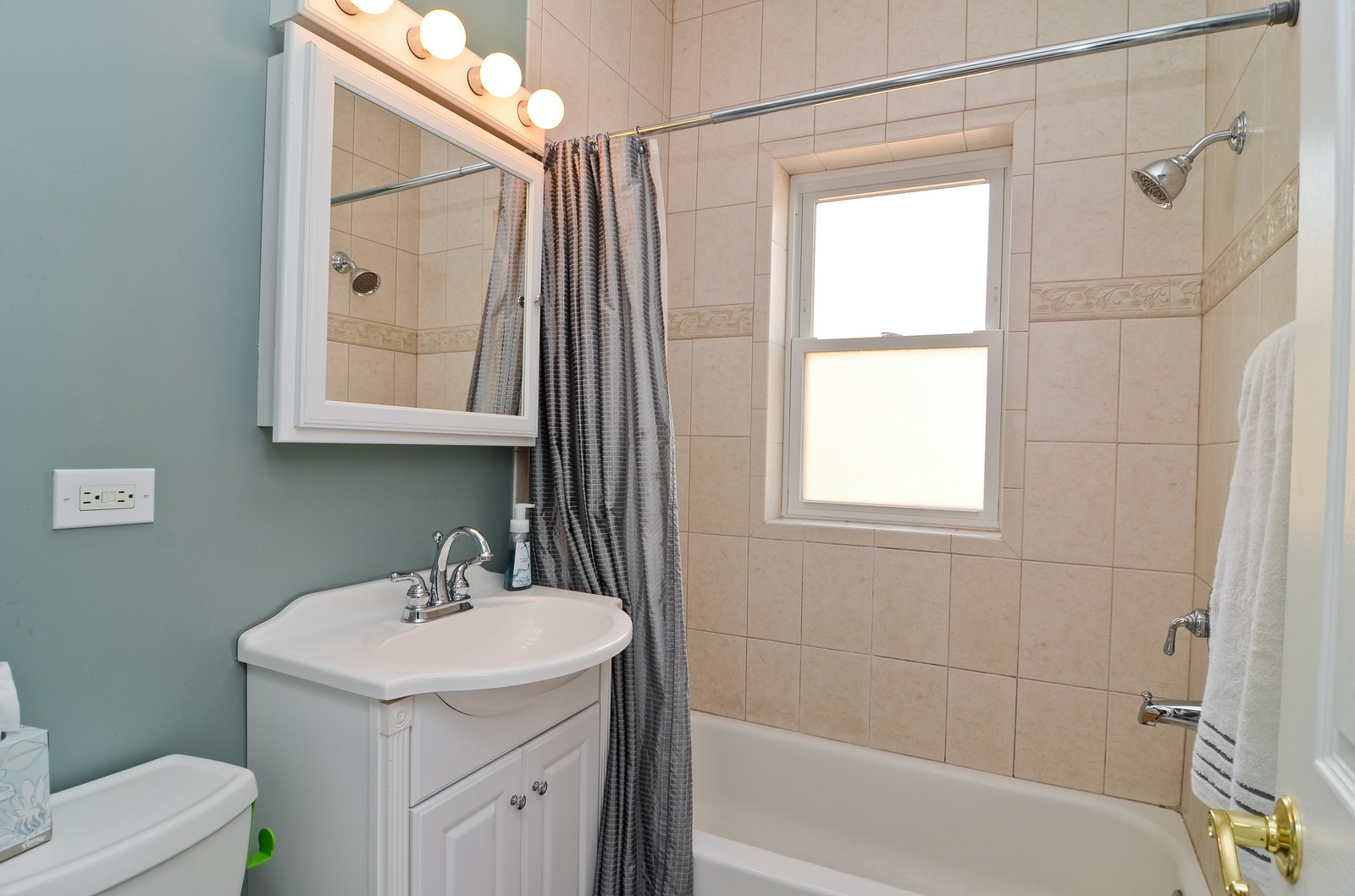 Real Estate Photography - 4845 N. Wolcott Ave, #3W, Chicago, IL, 60645 - Bathroom