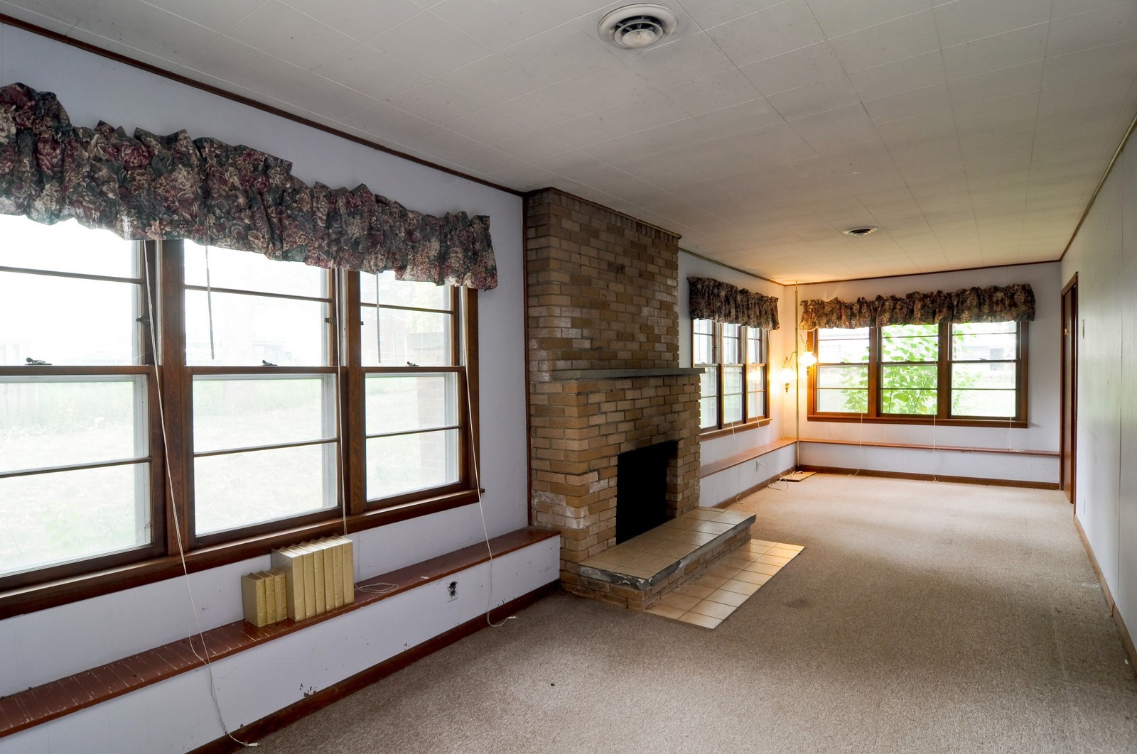 Real Estate Photography - 6714 Silver Lake, Cary, IL, 60013 - Family Room