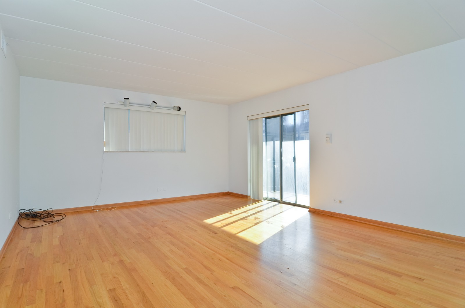 Real Estate Photography - 7457 N Sheridan Rd, Unit 3B, Chicago, IL, 60626 - Living Room