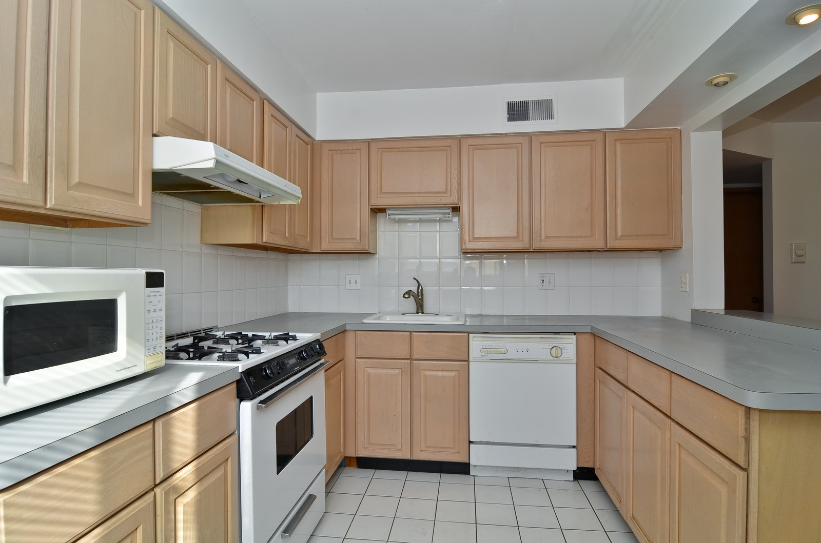 Real Estate Photography - 7457 N Sheridan Rd, Unit 3B, Chicago, IL, 60626 - Kitchen