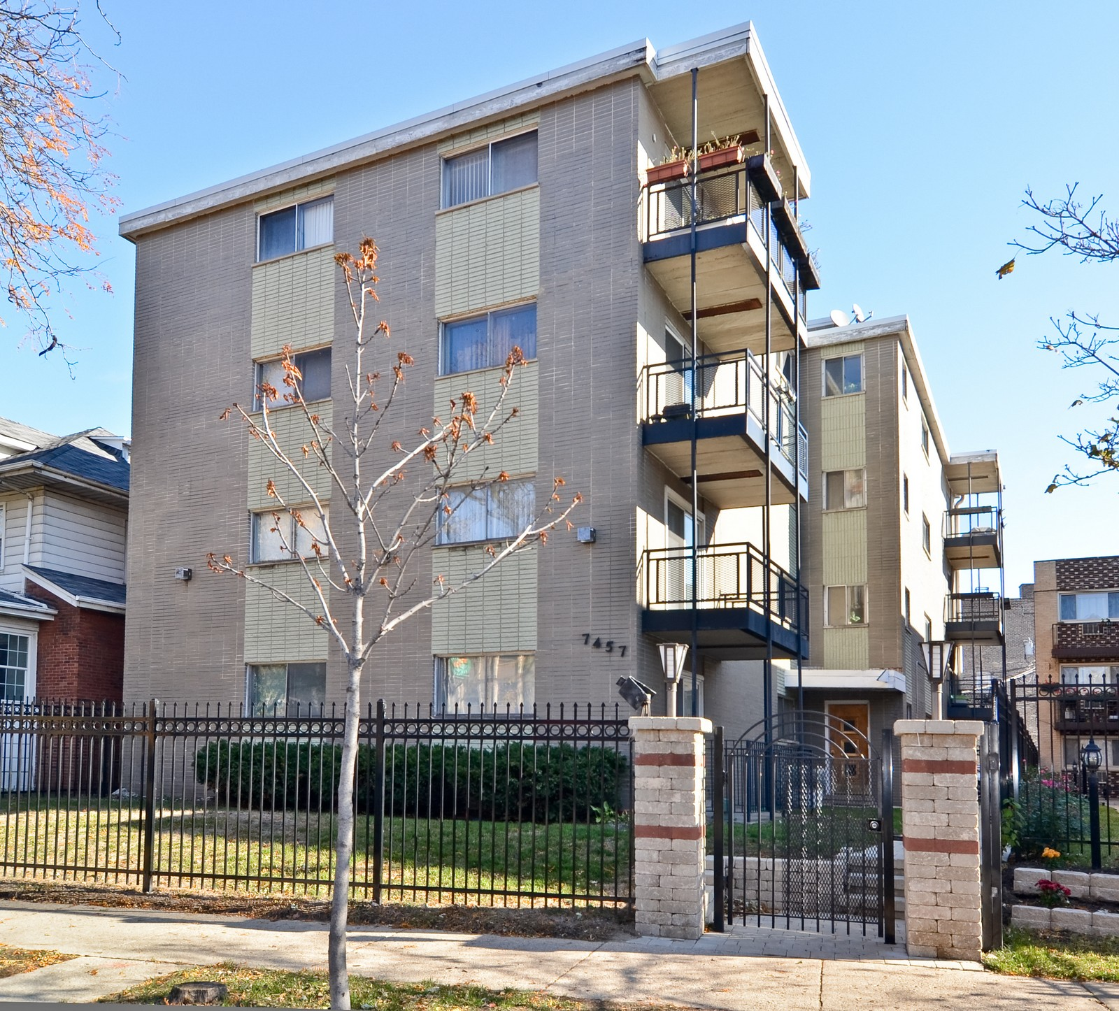 Real Estate Photography - 7457 N Sheridan Rd, Unit 3B, Chicago, IL, 60626 - Front View