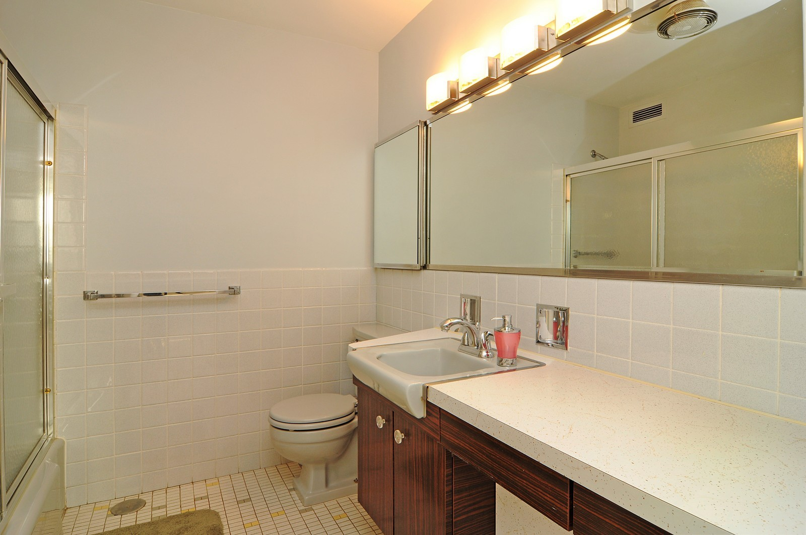 Real Estate Photography - 5701 N Sheridan, Unit 9J, Chicago, IL, 60660 - Master Bathroom
