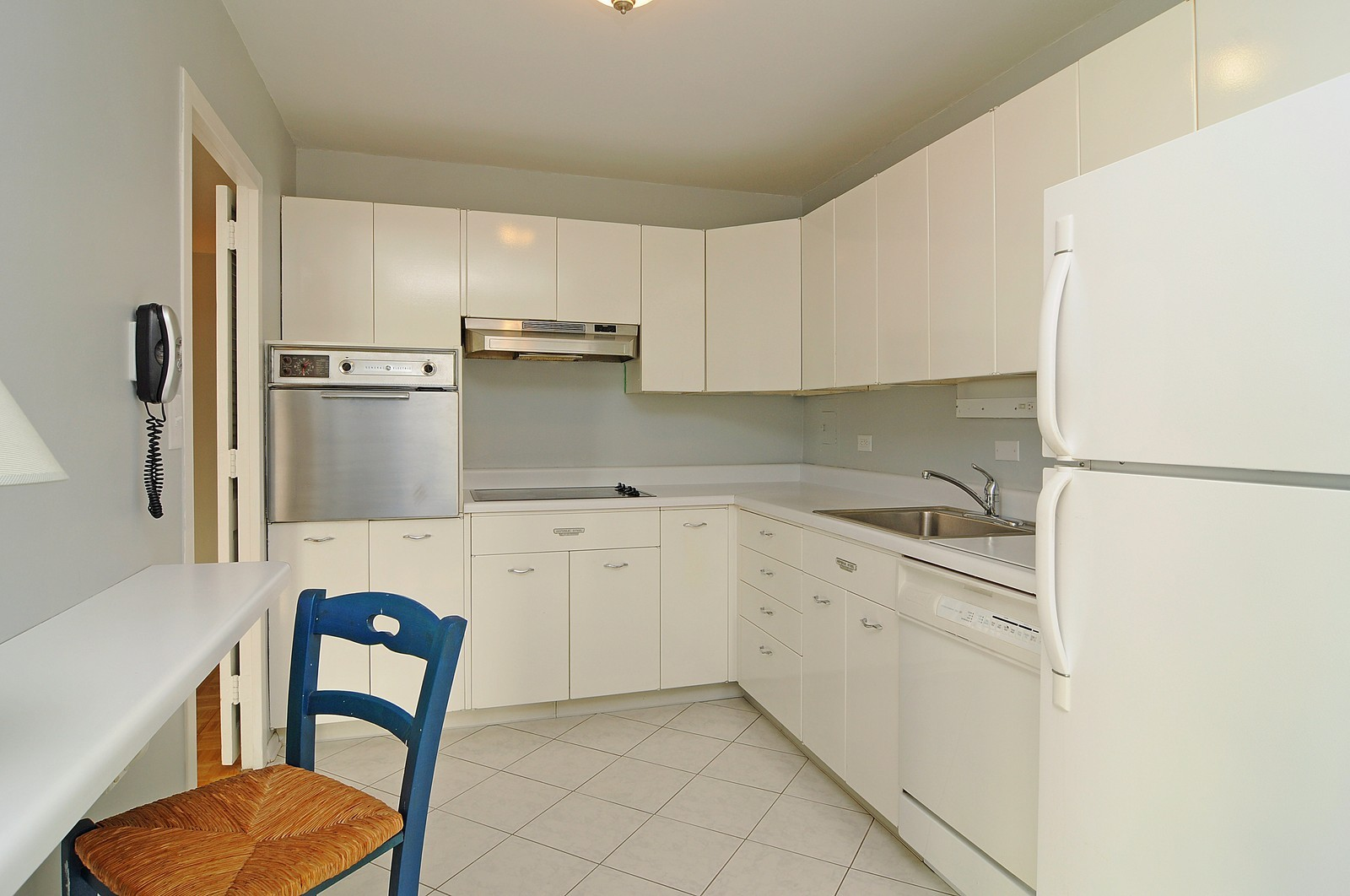 Real Estate Photography - 5701 N Sheridan, Unit 9J, Chicago, IL, 60660 - Kitchen