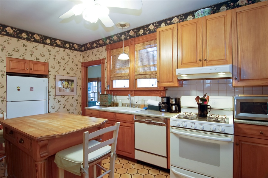 Real Estate Photography - 118 Raymond Ave, Barrington, IL, 60010 - Kitchen