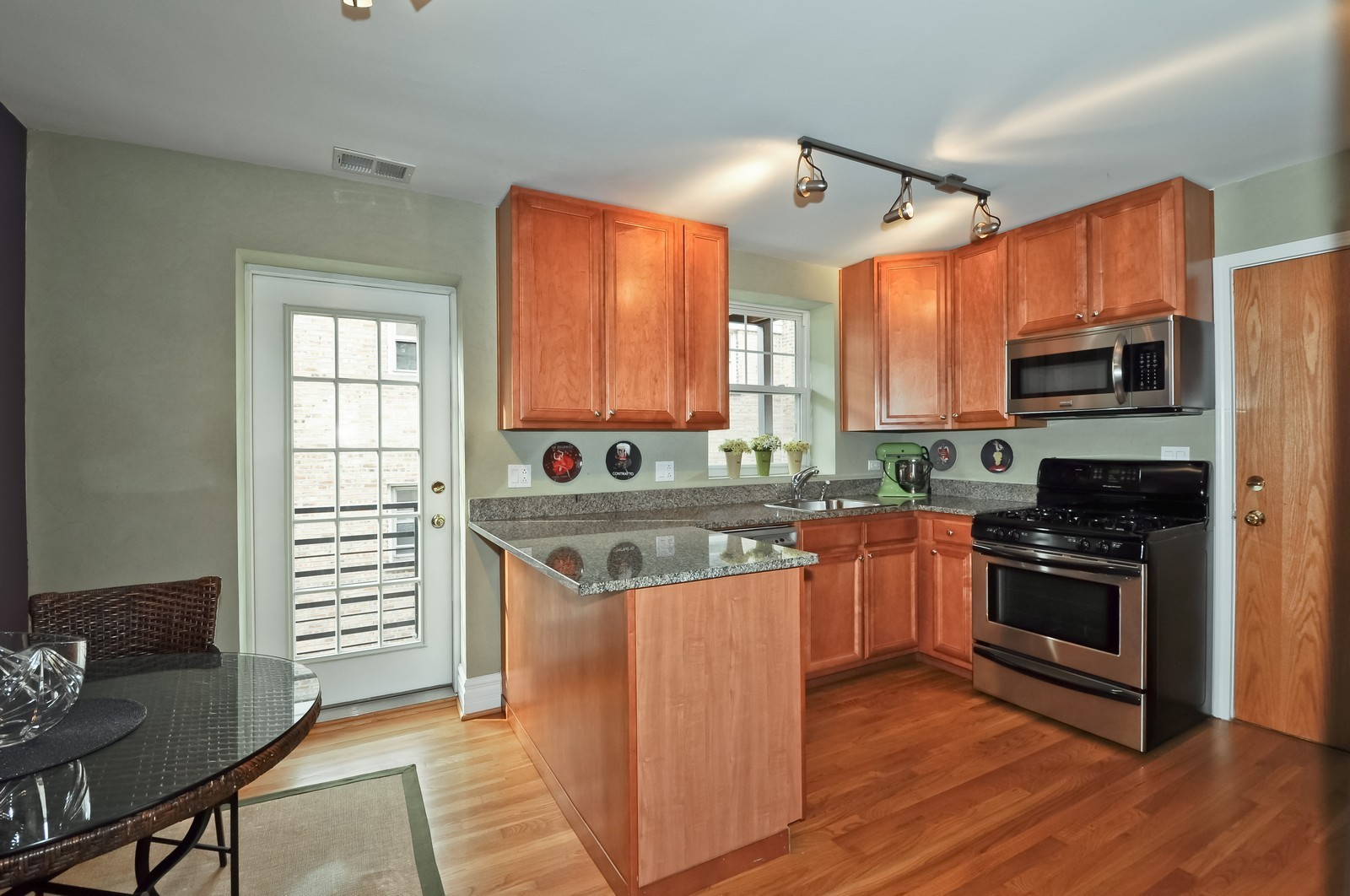 Real Estate Photography - 6046 N. Francisco, 2e, Chicago, IL, 60659 - Kitchen