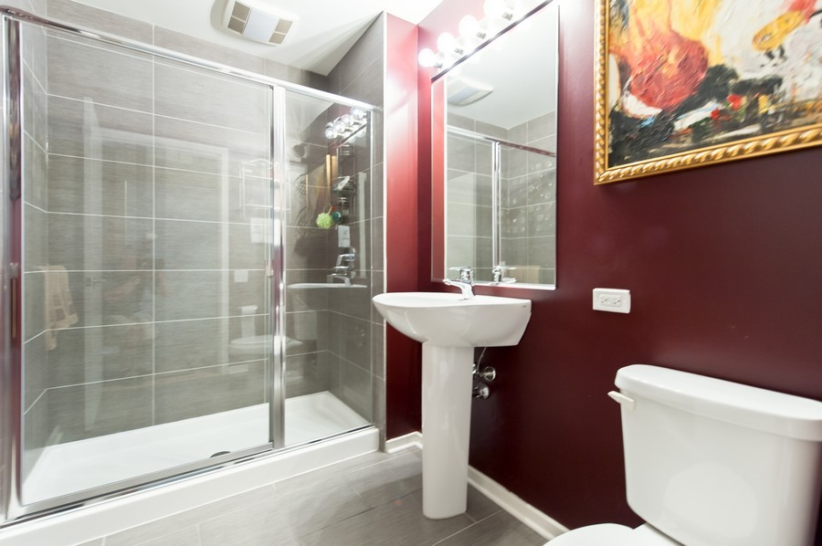 Real Estate Photography - 659 Randolph St, Unit 814, Chicago, IL, 60661 - 2nd Bathroom