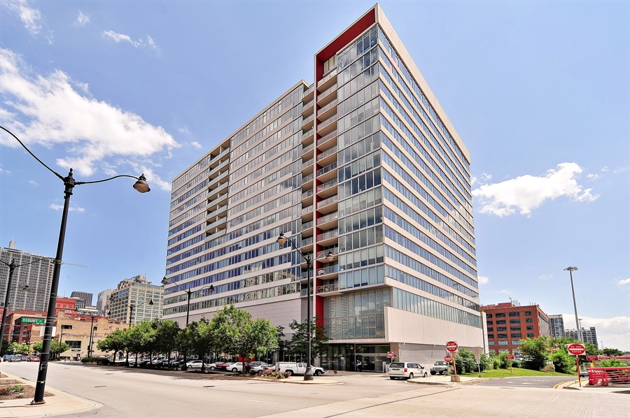 Real Estate Photography - 659 W Randolph, Unit 1007, Chicago, IL, 60661 - Front View