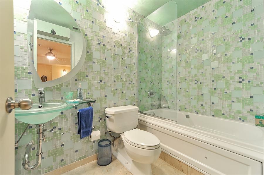 Real Estate Photography - 616 W Fulton, Unit 705, Chicago, IL, 60661 - 2nd Bathroom