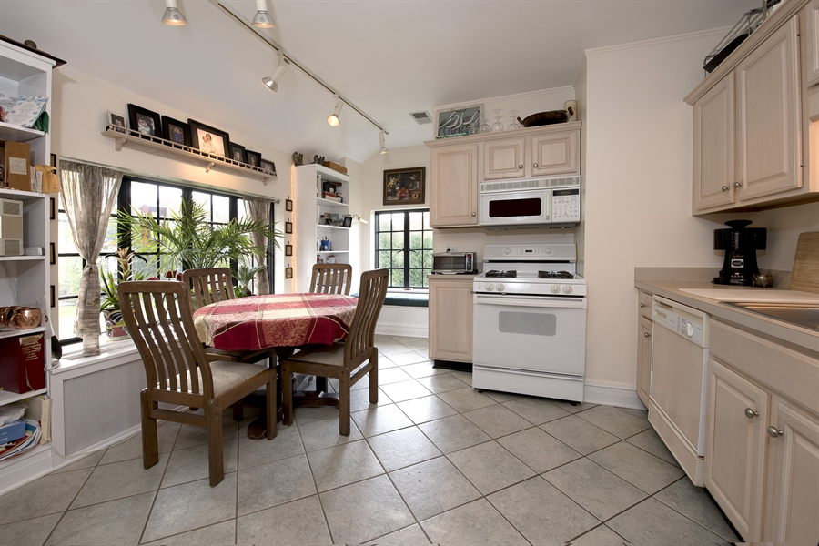 Real Estate Photography - 1020 Chestnut Ave, Wilmette, IL, 60091 - Coach House Eat-In Kitchen