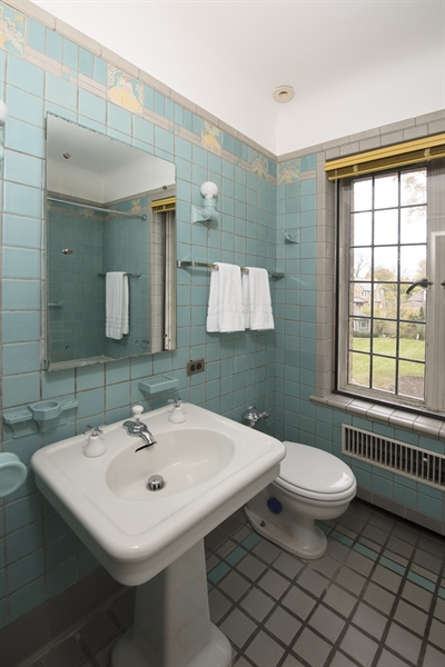 Real Estate Photography - 1020 Chestnut Ave, Wilmette, IL, 60091 - Bathroom- Third bedroom en-suite