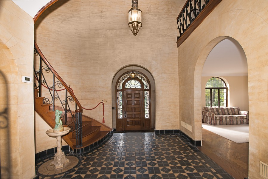 Real Estate Photography - 1020 Chestnut Ave, Wilmette, IL, 60091 - Foyer