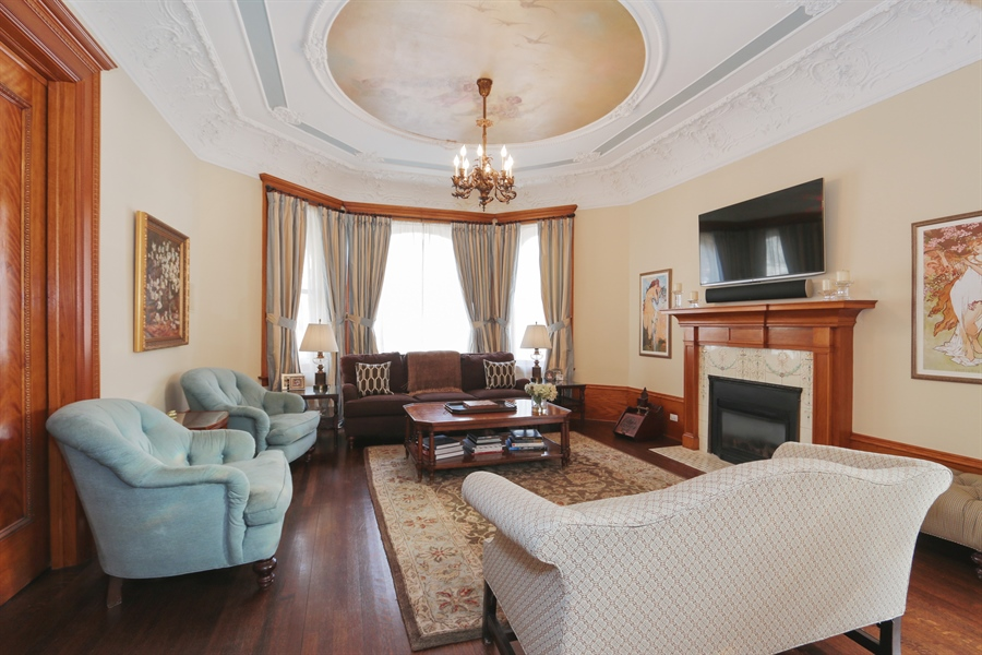 Real Estate Photography - 1036 N Hoyne Ave, Chicago, IL, 60622 - Living Room