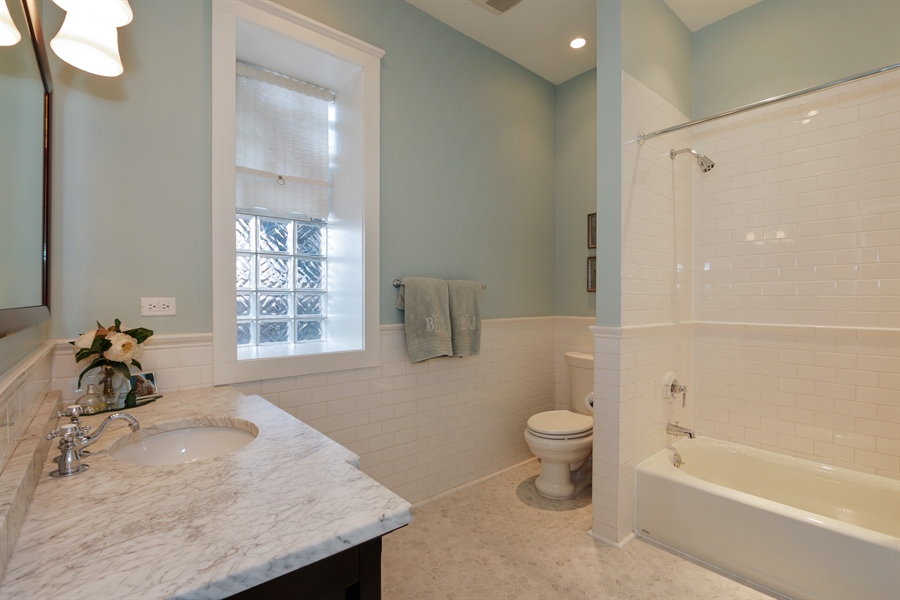 Real Estate Photography - 1036 N Hoyne Ave, Chicago, IL, 60622 - Bathroom
