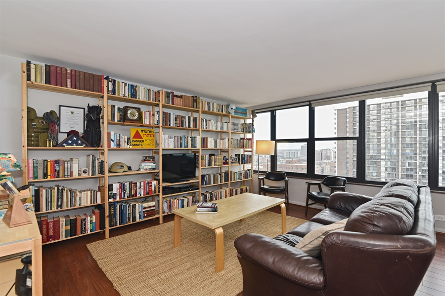 Real Estate Photography - 5801 N Sheridan Rd, Unit 19B, Chicago, IL, 60660 - Living Room