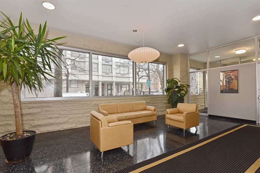 Real Estate Photography - 5801 N Sheridan Rd, Unit 19B, Chicago, IL, 60660 - Lobby