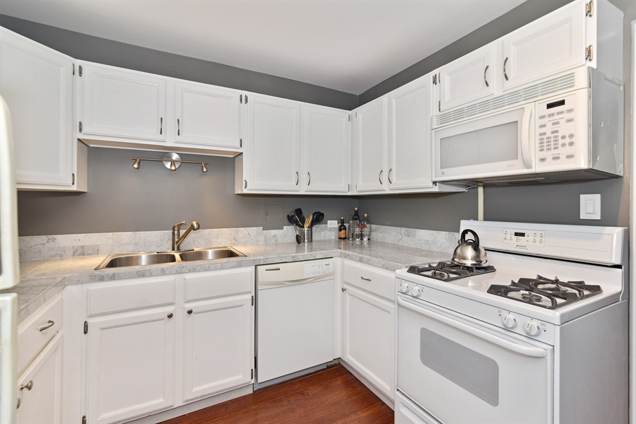 Real Estate Photography - 5801 N Sheridan Rd, Unit 19B, Chicago, IL, 60660 - Kitchen