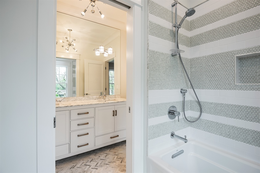 Real Estate Photography - 77 Overlook Dr, Golf, IL, 60029 - Jack & Jill Bathroom