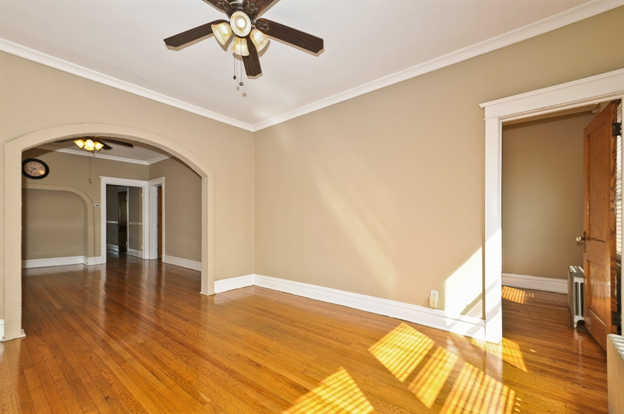 Real Estate Photography - 4910 N Lincoln Ave, 2, Chicago, IL, 60625 - Living Room