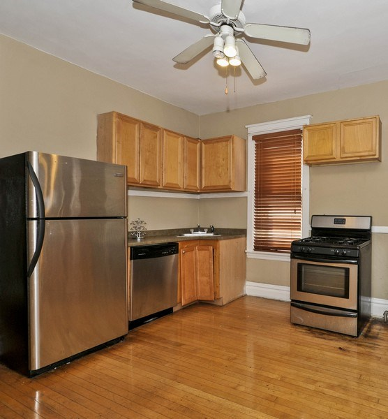 Real Estate Photography - 4910 N Lincoln Ave, 2, Chicago, IL, 60625 - Kitchen