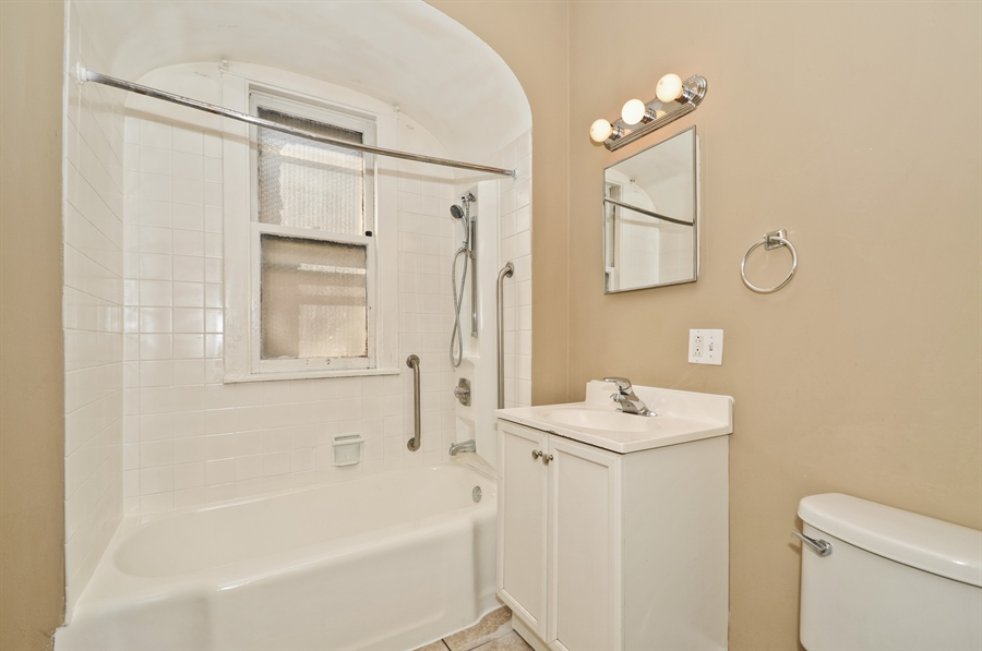 Real Estate Photography - 4910 N Lincoln Ave, 2, Chicago, IL, 60625 - Bathroom