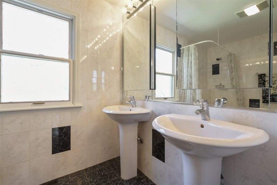 Real Estate Photography - 1910 Landwehr, Northbrook, IL, 60062 - 2nd Bathroom