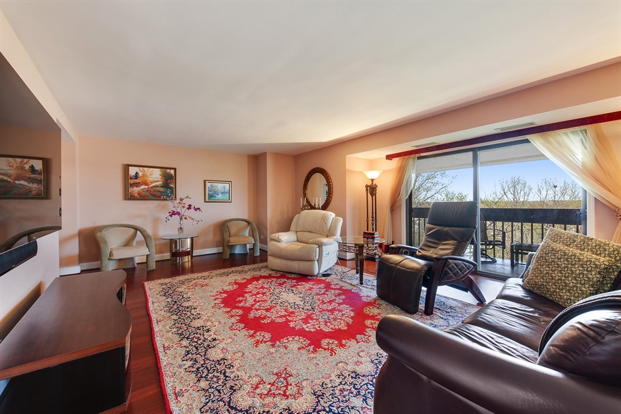 Real Estate Photography - 1621 Mission Hill, Unit 508, Northbrook, IL, 60062 - Living Room