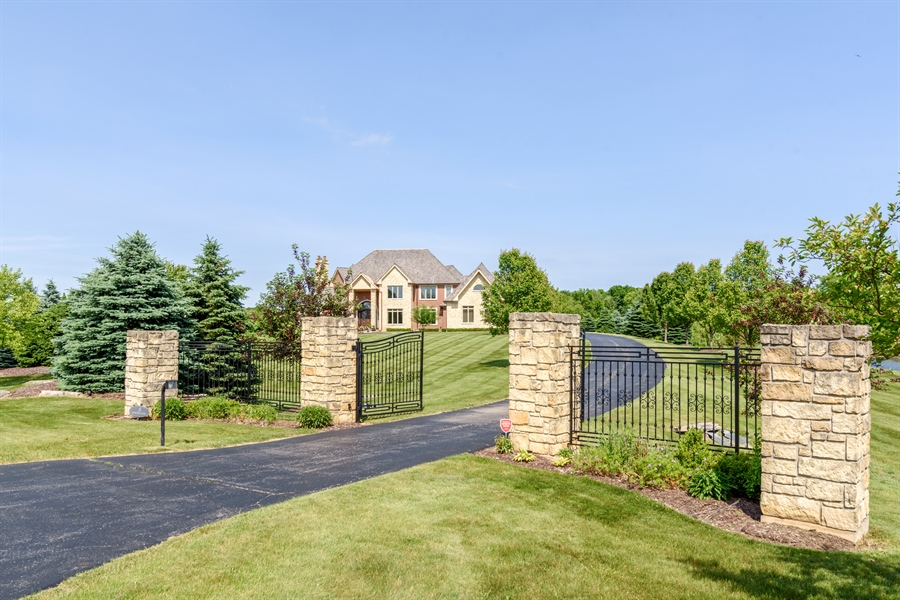 Real Estate Photography - 8 Jennifer Ct, Barrington Hills, IL, 60010 - Driveway