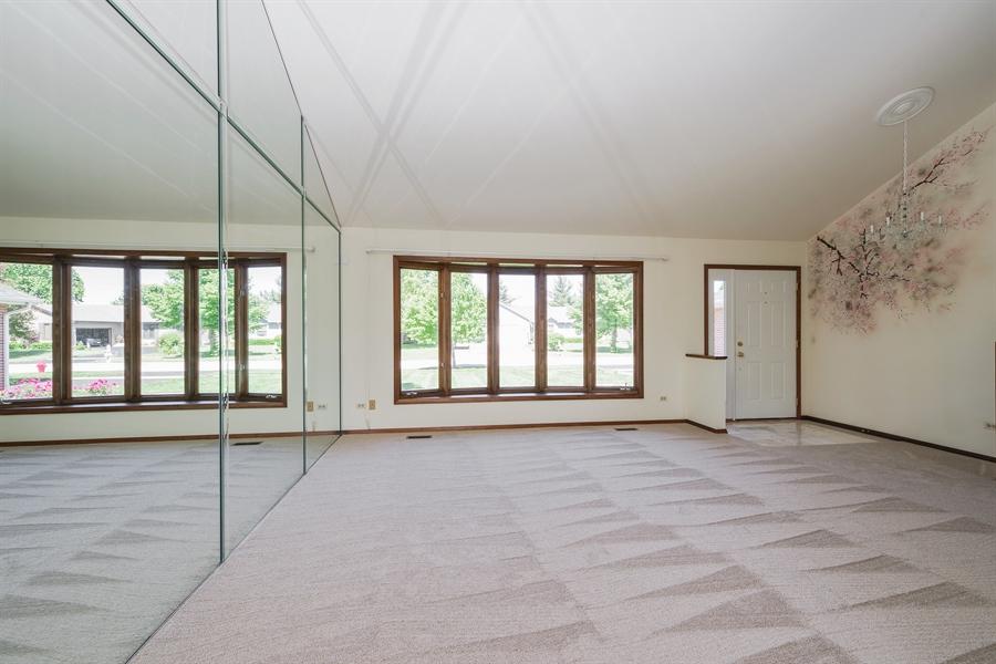 Real Estate Photography - 635 Penn Blvd, Lindenhurst, IL, 60046 - Living Room