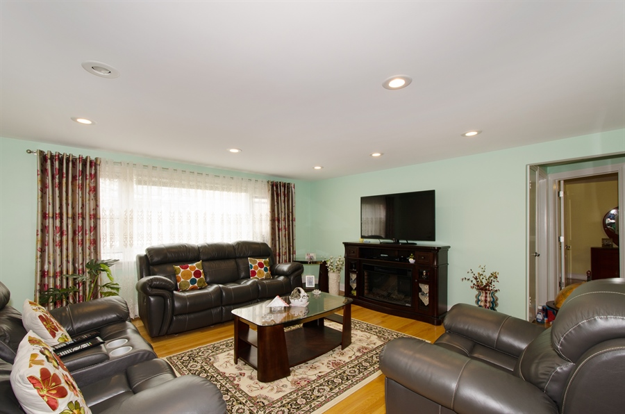 Real Estate Photography - 5227 N Reserve Ave, 2W, Chicago, IL, 60656 - Living Room