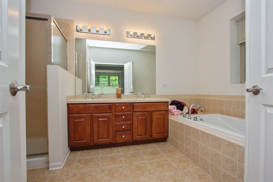 Real Estate Photography - 20 Beaconsfield Ct, 20, Lincolnshire, IL, 60069 - Master Bathroom