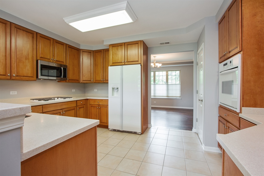 Real Estate Photography - 20 Beaconsfield Ct, 20, Lincolnshire, IL, 60069 - Kitchen
