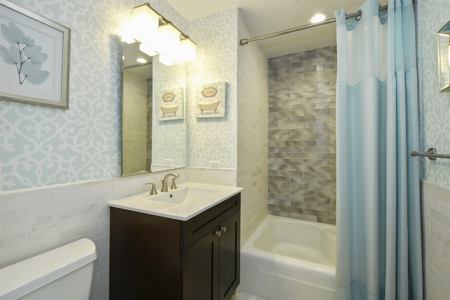 Real Estate Photography - 2 John Dr, Hawthorn Woods, IL, 60047 - 2nd Bathroom