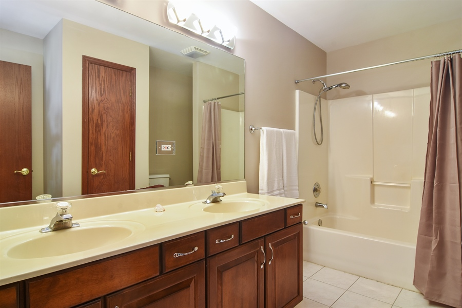 Real Estate Photography - 1 Overlook, Hawthorn Woods, IL, 60047 - 2nd Bathroom