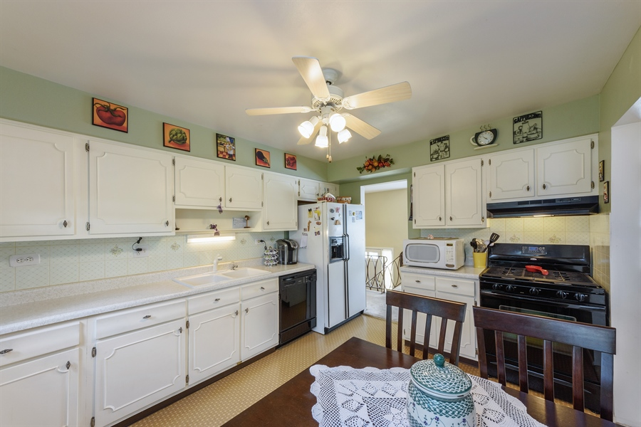 Real Estate Photography - 702 W Burning Tree, Arlington Heights, IL, 60004 - Kitchen