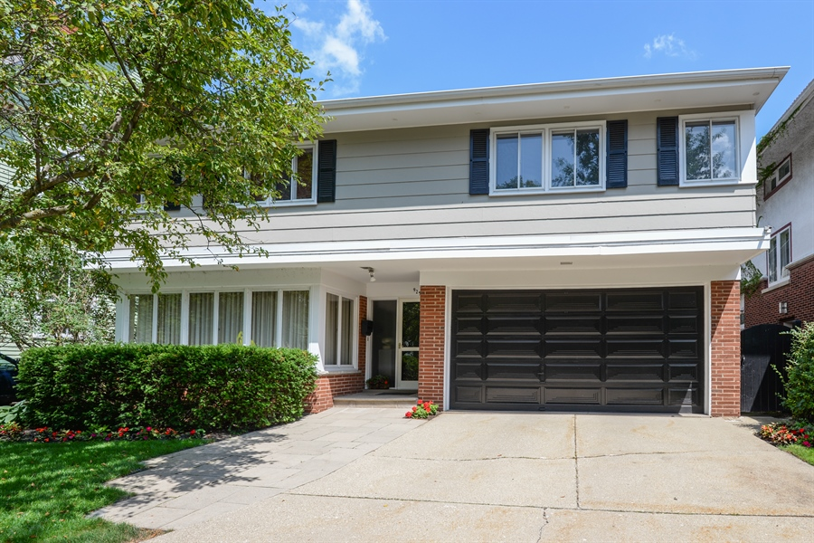 Real Estate Photography - 925 Sheridan Rd, Evanston, IL, 60202 - Front View