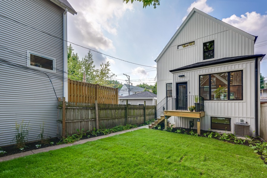 Real Estate Photography - 1847 W Cornelia Ave, Coach house, Chicago, IL, 60657 -