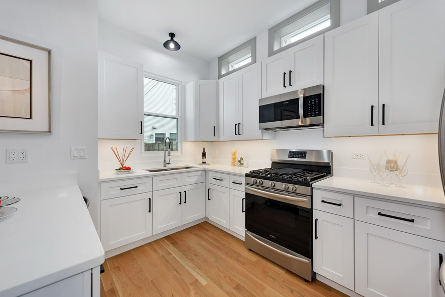 Real Estate Photography - 1847 W Cornelia Ave, Coach house, Chicago, IL, 60657 - Kitchen
