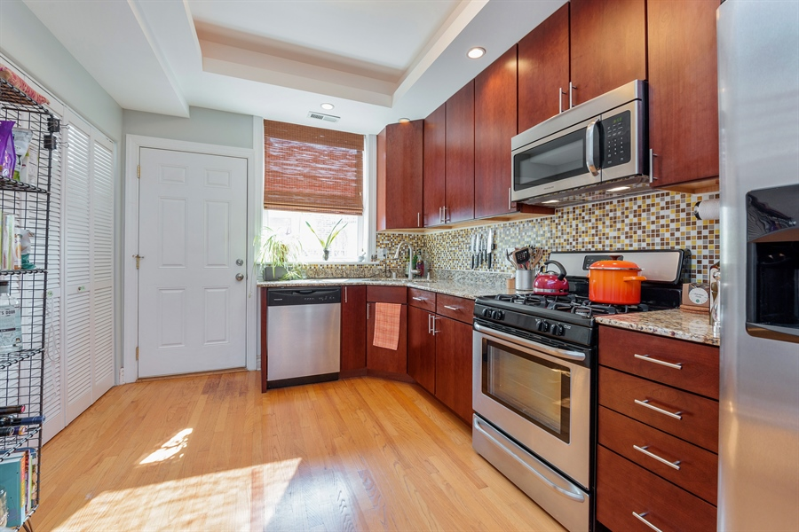 Real Estate Photography - 7021 N. Greenview, 3S, Chicago, IL, 60626 - Kitchen