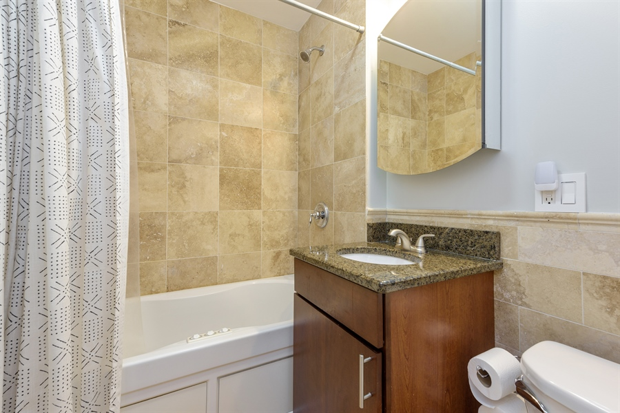 Real Estate Photography - 7021 N. Greenview, 3S, Chicago, IL, 60626 - Bathroom