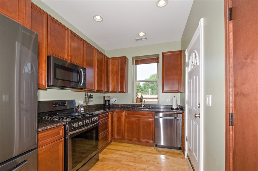 Real Estate Photography - 1641 W. Farwell Ave., 3S, Chicago, IL, 60626 - Kitchen