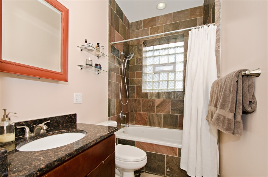 Real Estate Photography - 1641 W. Farwell Ave., 3S, Chicago, IL, 60626 - Bathroom