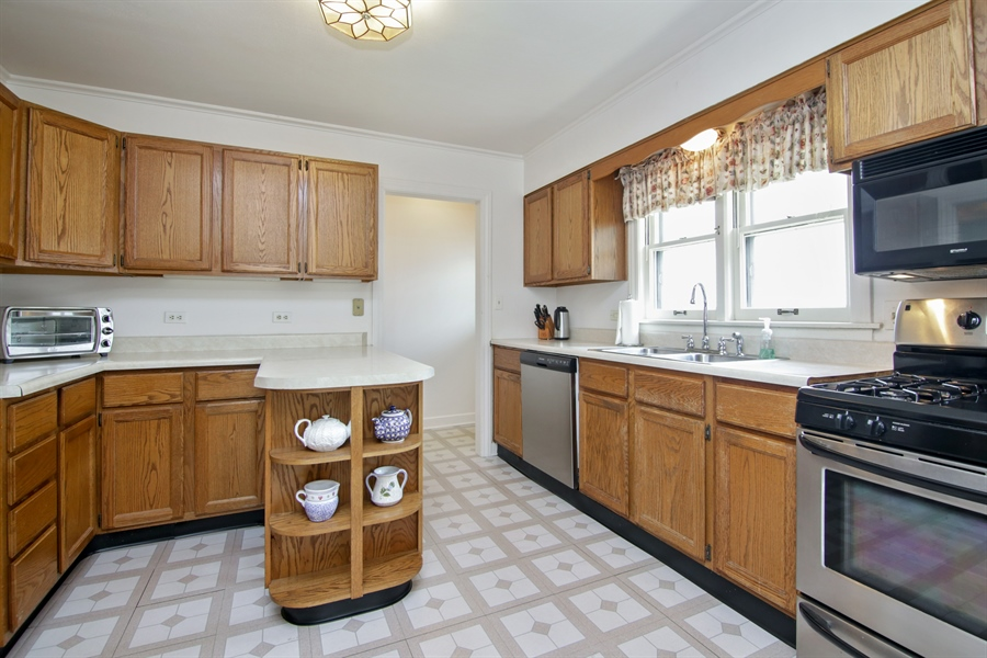 Real Estate Photography - 603 N Hickory Ave, Arlington Heights, IL, 60004 - Kitchen