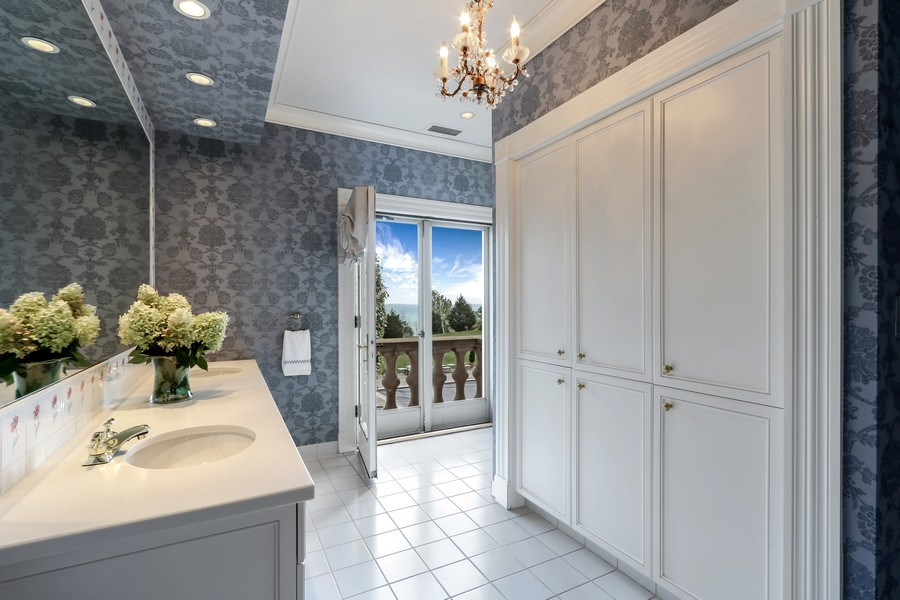 Real Estate Photography - 700 Crab tree Ln, Lake Bluff, IL, 60044 - 2nd Bathroom