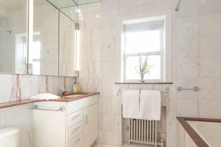 Real Estate Photography - 642 Sheridan Pl, 3, Evanston, IL, 60202 - Master Bath