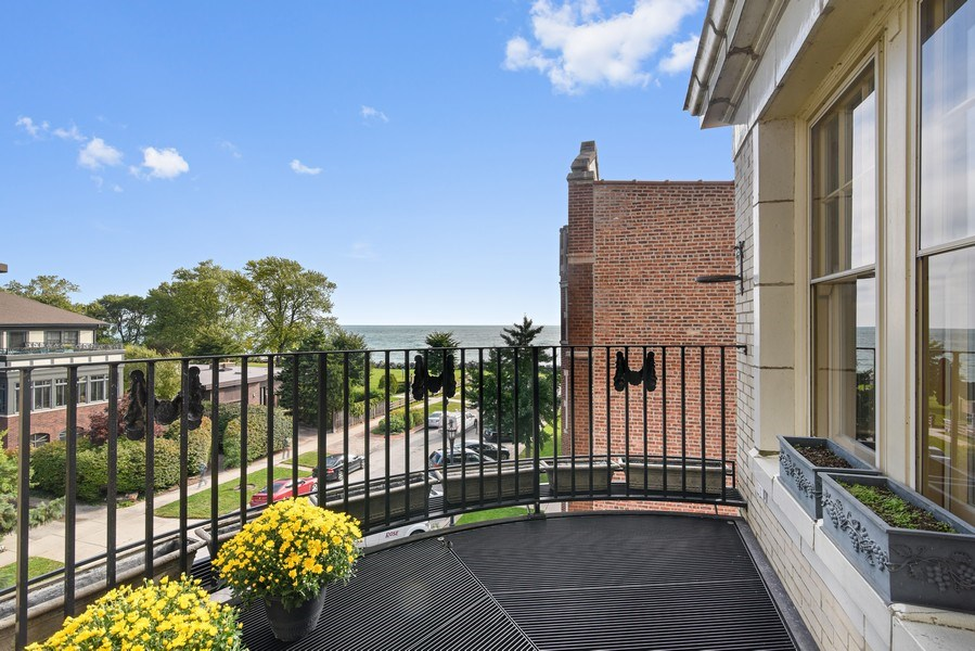 Real Estate Photography - 642 Sheridan Pl, 3, Evanston, IL, 60202 - Balcony