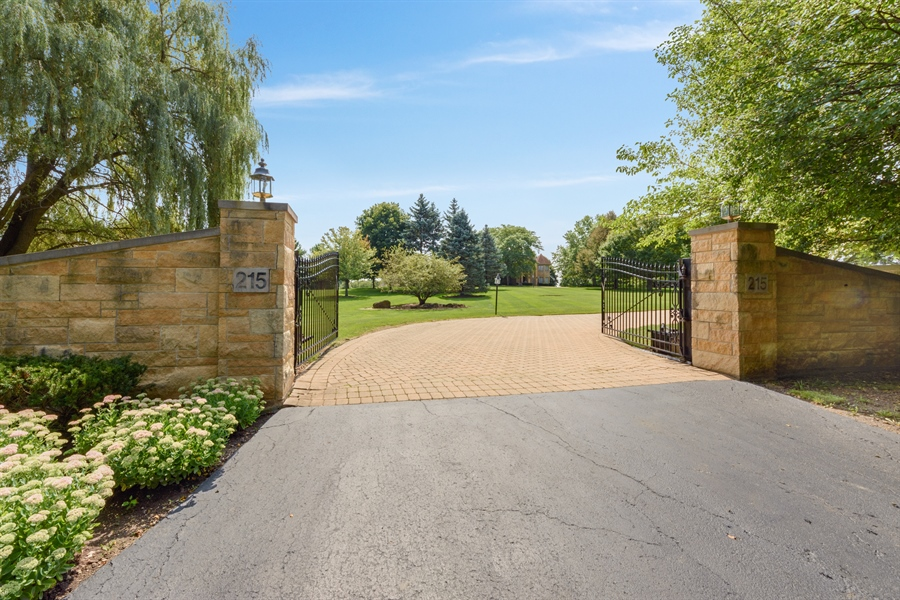 Real Estate Photography - 215 Dundee Rd, Barrington Hills, IL, 60010 - Driveway