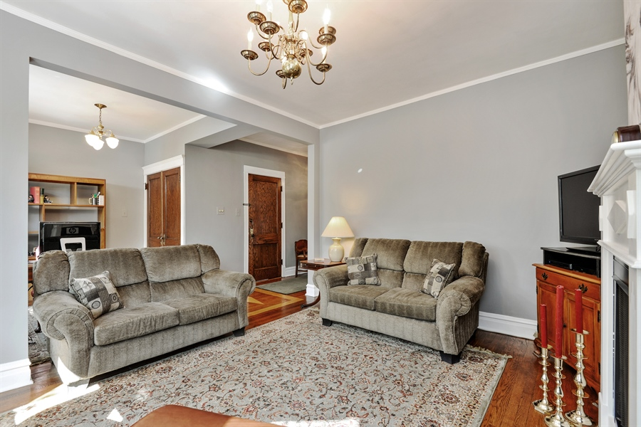 Real Estate Photography - 6221 N Magnolia Ave, 3S, Chicago, IL, 60660 - Living Room