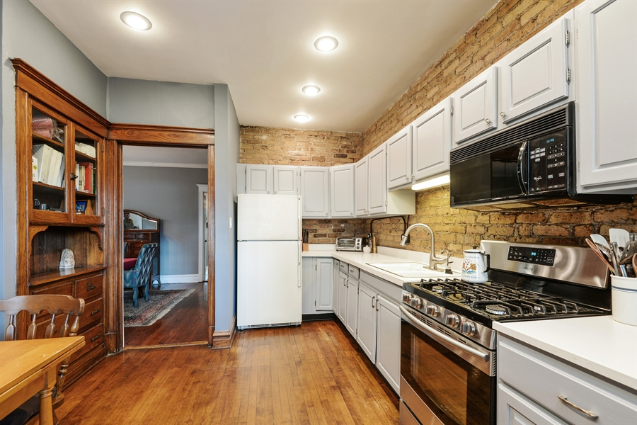 Real Estate Photography - 6221 N Magnolia Ave, 3S, Chicago, IL, 60660 - Kitchen